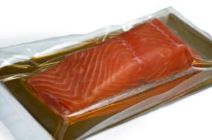 Рыба в вакуумном пакете на подложке